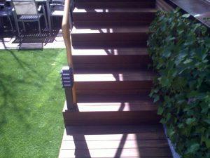 Peldaños de escalera revestidos con madera de ipe