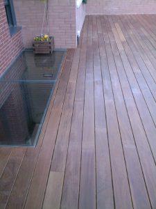 Venta e instalacion de madera para terraza trasera de ipe con tragaluz en aravaca