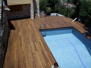 tarima de madera de ipe exterior en piscina