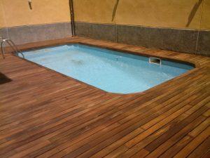 Instalacion en piscina de tarima maciza exotica de exterior de Guayara