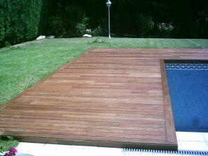 Coronacion de piscina y tapa depuradora en jardin con piscina.