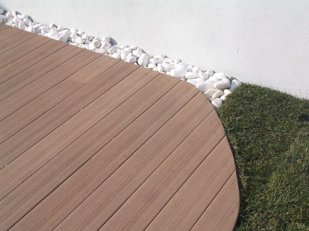 Instalacion de tarima sintetica de exterior maciza en for Tarimas de madera para jardin