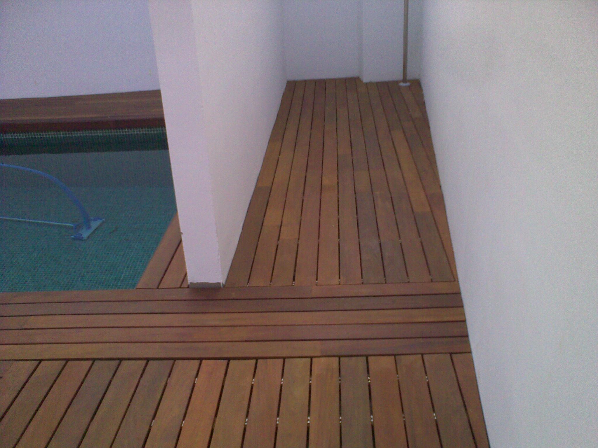 https://topmadera.com/wp-content/uploads/Instalacion-en-piscina-con-tarima-maciza-de-ipe-exterior-en-Aranjuez.jpg