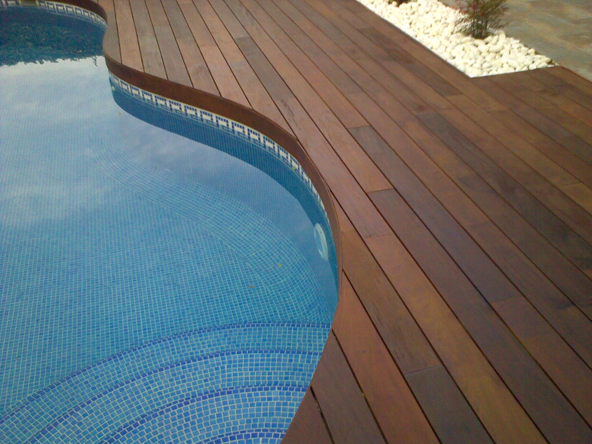 https://topmadera.com/wp-content/uploads/Mamperlan-curvo-en-piscina-de-madera-de-ipe-en-Valdemorillo.jpg