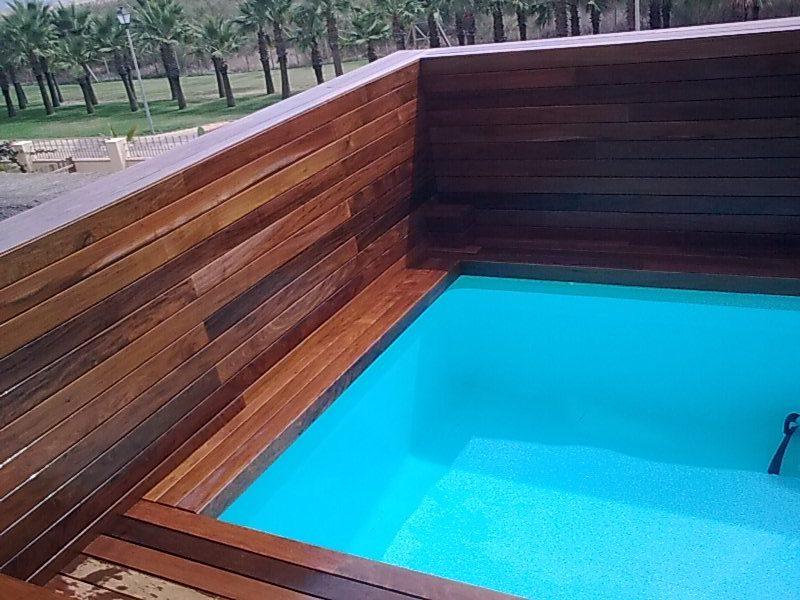 Pavimento vertical y piscina en terraza exterior en Marbella de ipe ...