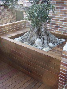 Revestimiento perimetral de olivo en jardin con tarima de ipe de exterior