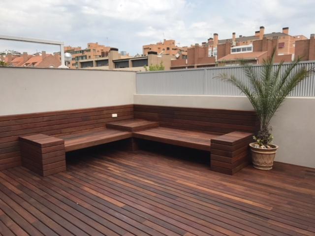 Revestimiento banco y suelo con tarima de madera de exterior for Ofertas de empleo banco exterior