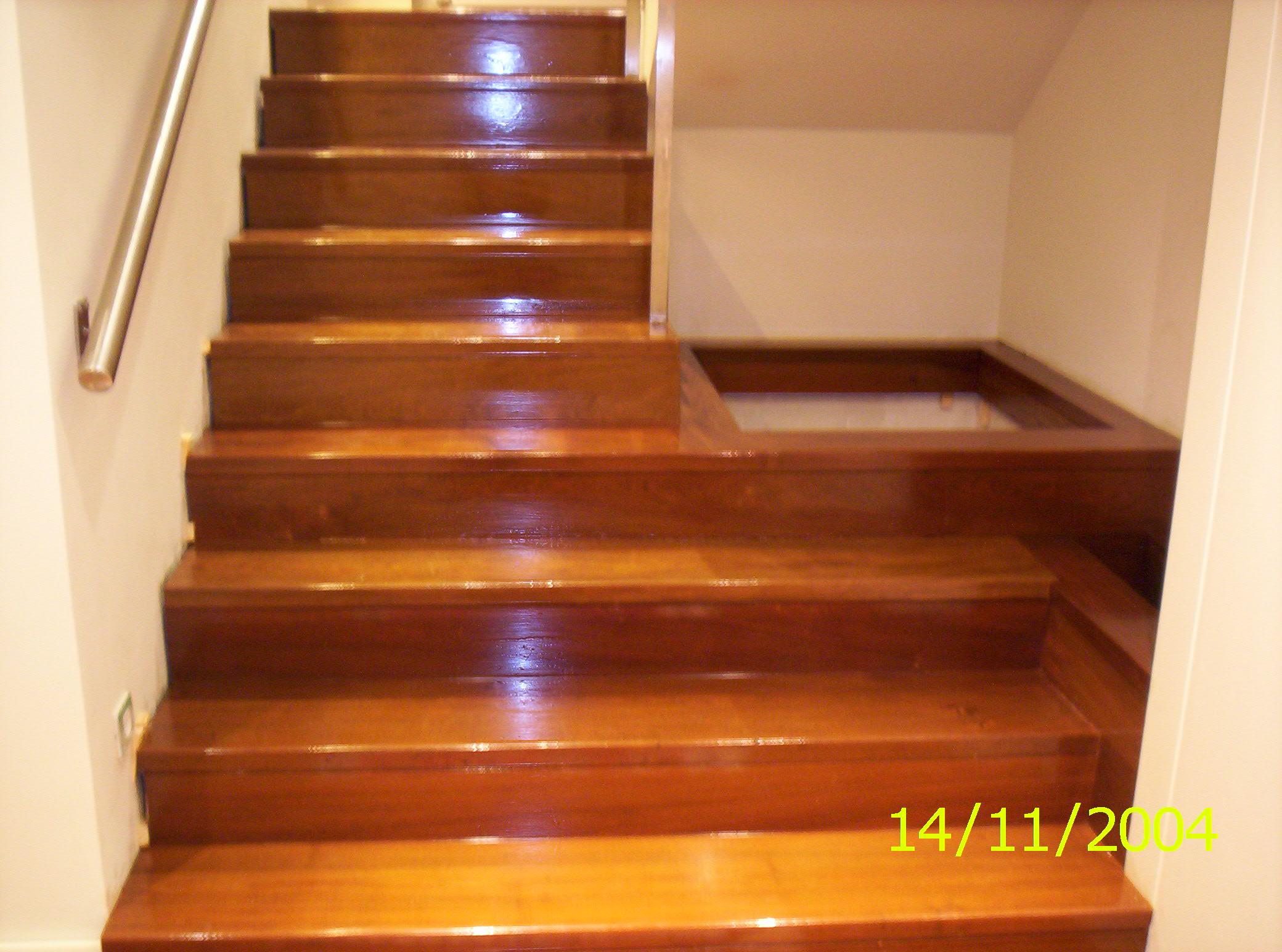 https://topmadera.com/wp-content/uploads/instalacion-de-escalera-interior-de-peldaños-de-ipe-barnizado-brillo-madrid.jpg