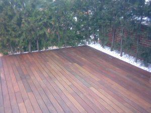Instalacion de madera de exterior en jardin con grava blanca