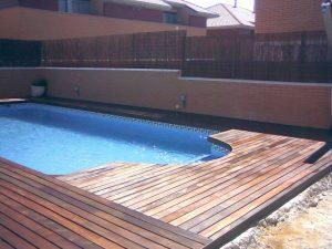 instalacion en jardin con piscina de tarima de madera de ipe maciza