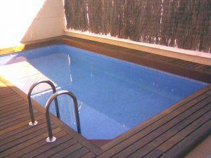 Coronacion de piscina en jardin con tarima de exterior de ipe