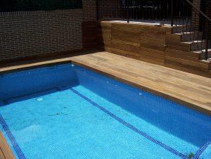 tarima de ipe en perimetro de piscina y en vertical