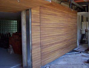 Revestimiento de puerta de garaje con tarima maciza de iroko