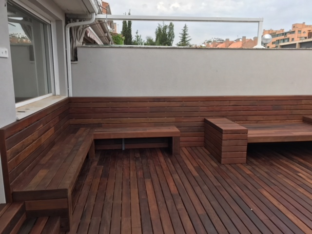 Revestimiento banco y suelo con tarima de madera de exterior - Banco madera exterior ...