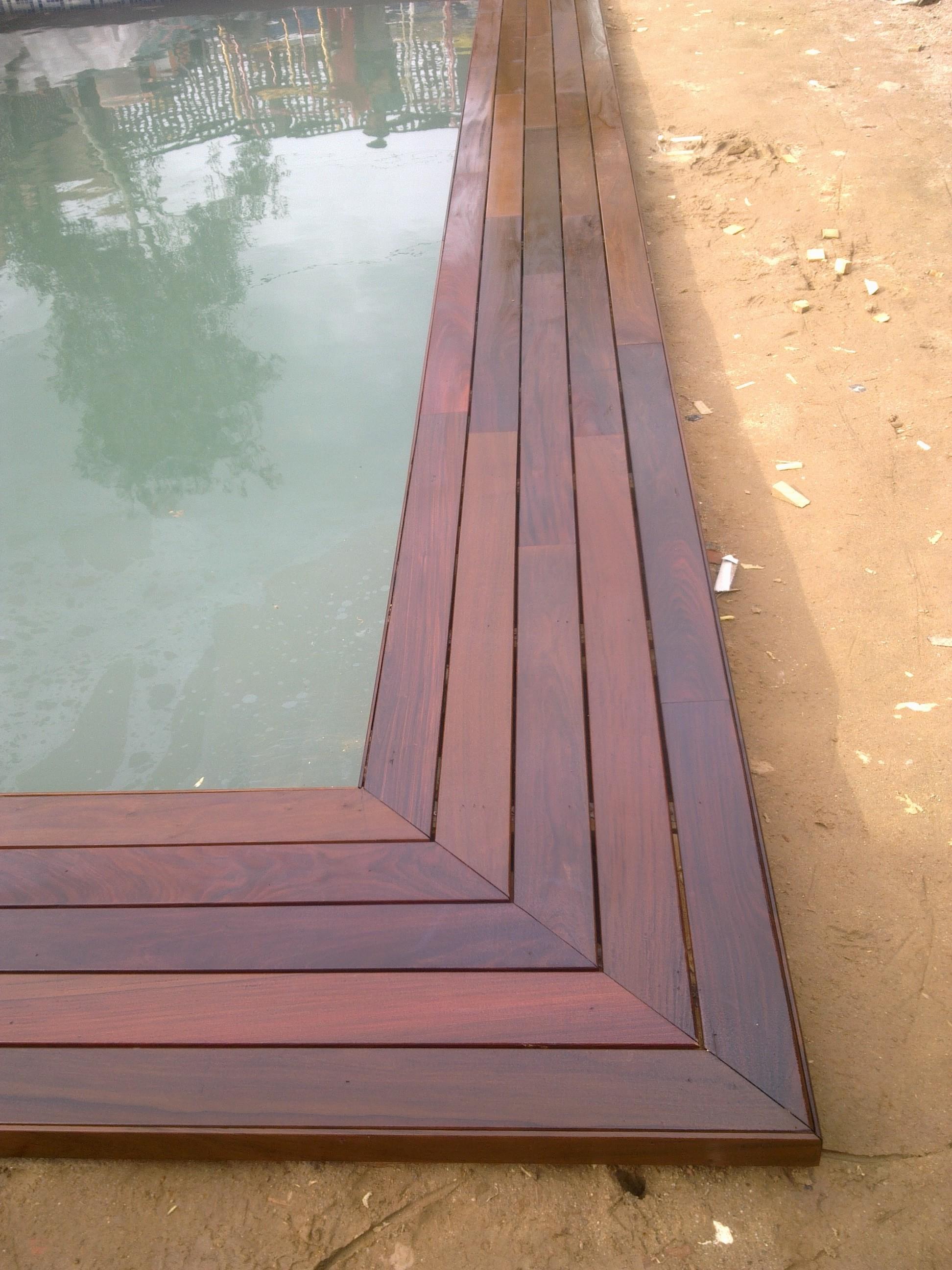 Coronación de piscina con tarima maciza de ipe