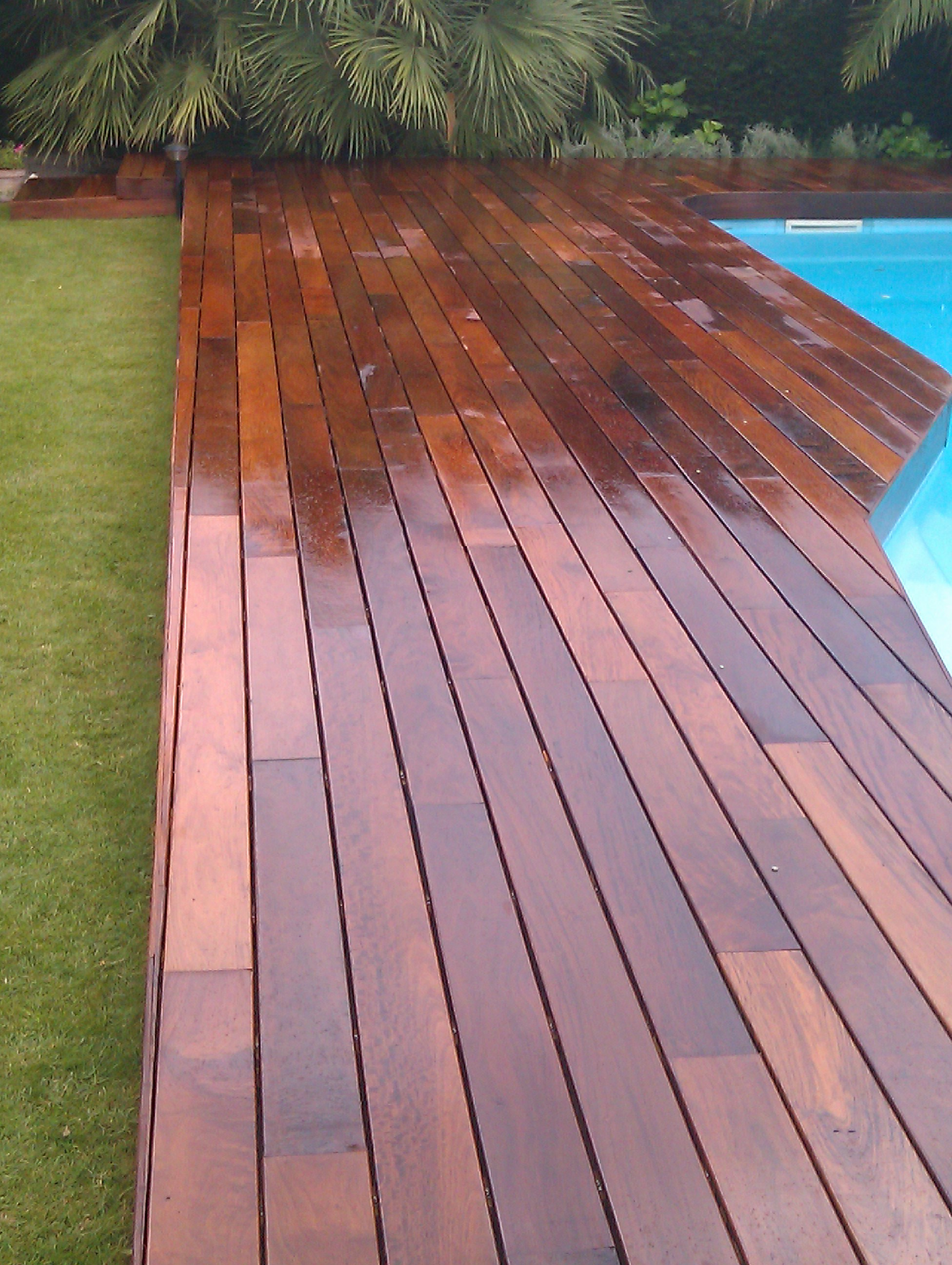 tarima grapa vista de ipe en jardin y piscina - Topmadera