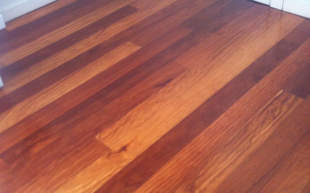 Tarima de interior pegada sobre solera de iroko africano - Tarima madera interior ...
