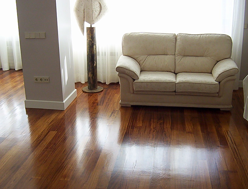 Obra de tarima de interior de iroko macizo en madrid - Tarima madera interior ...